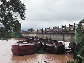 """台风""""韦帕""""发力 防城港4艘采沙船被卡桥墩(图)"""