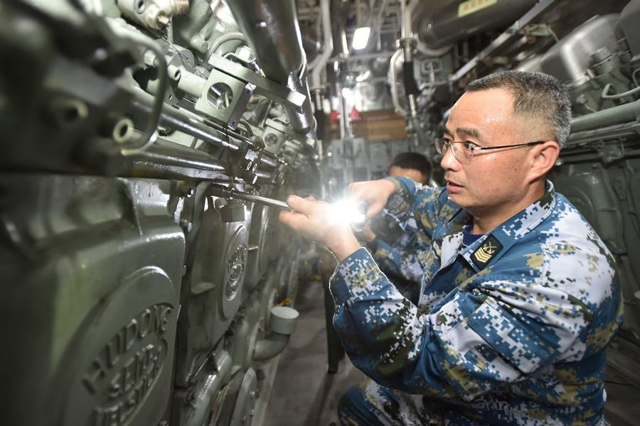 """高清组图:海军舰艇""""心脏""""的守护神徐胜友"""