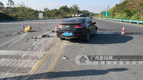 小轿车撞坏数十米长水泥礅护栏 司机不知所踪(图)