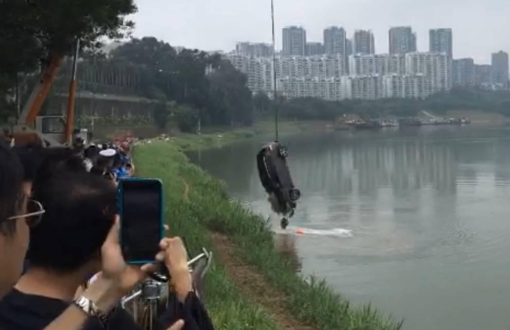 今年5月南宁一小车撞破围栏冲入邕江,目前疑似司机尸体已找到
