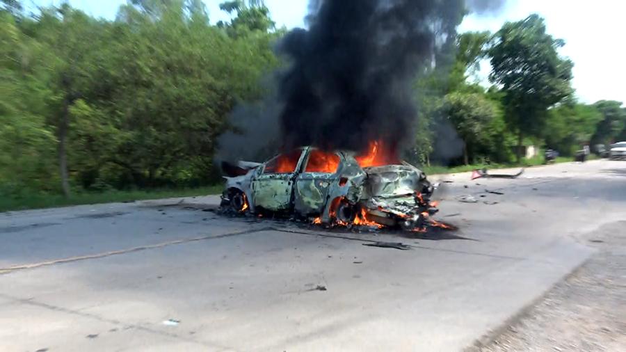 兩車相撞致其中一輛車燃起大火 消防緊急撲救(圖)