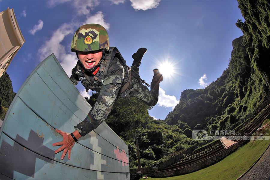 高清组图:武警官兵高温下开展训练 锤炼过硬本领