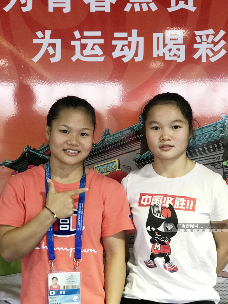 二青会举重赛场:玉林籍姐妹花双双夺冠被传为佳话