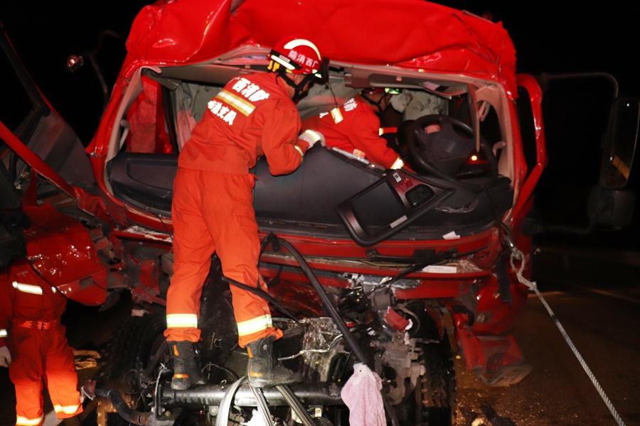 河池:高速路两车追尾致一死一伤 消防紧急救援