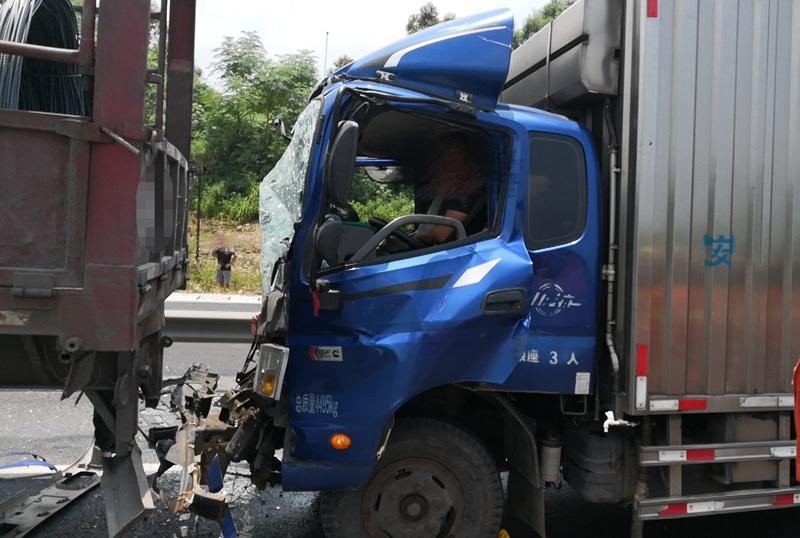两车追尾一名司机受伤被困 消防破拆车辆救人(图)