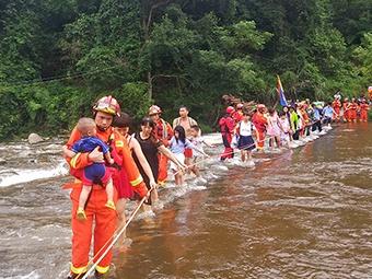 8月11日焦点图:上林突发山洪 被困游客获救