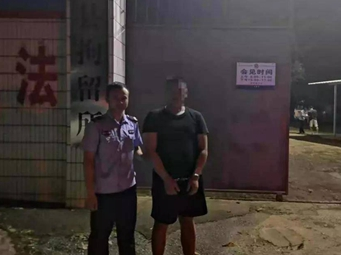 拘!南宁一男子穿拖鞋开车被处罚 在朋友圈辱警!