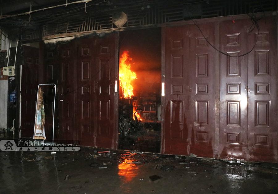 河池天峨县一店铺凌晨起火 消防员迅速扑灭(组图)