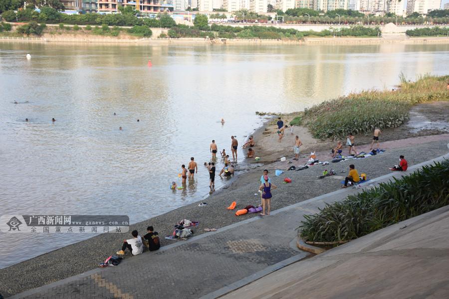 高清组图:酷热难耐 南宁市民开启高温避暑模式