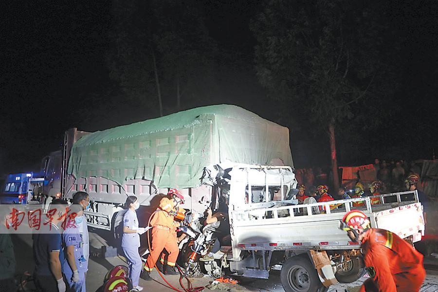 8月14日焦点图:来宾两车追尾5人被困 消防连夜营救