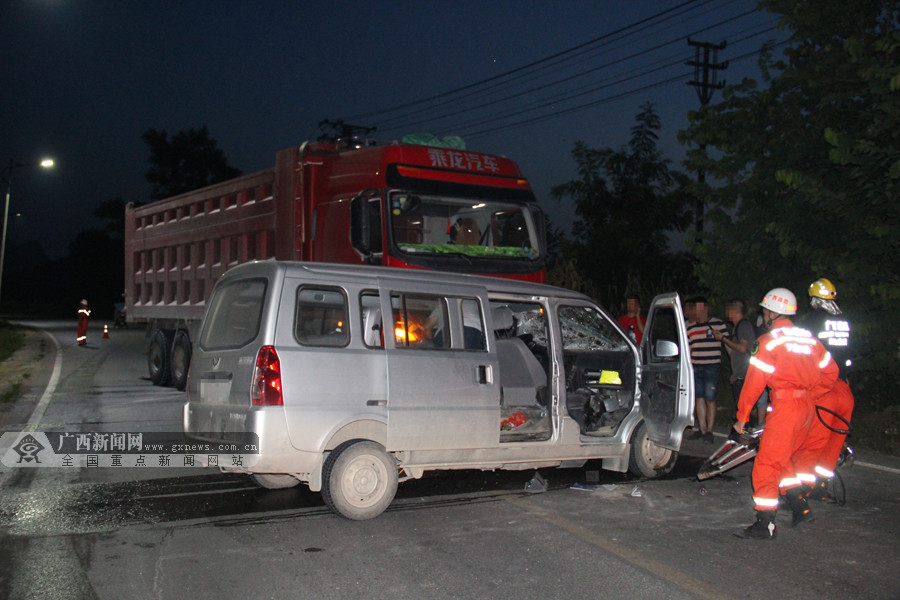 罗城:大货车与面包车相撞 消防破拆车门救人(图)