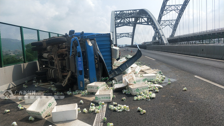 載7噸綠豆沙飲料貨車側翻高速 飲料灑落在地(圖)