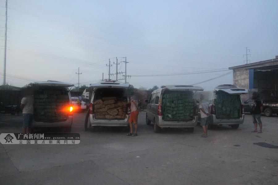 广西高速交警查获4辆走私冻货车 内藏冻货4.8吨