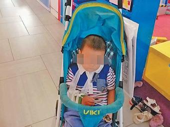 8月15日焦点图:南宁一男童疑在游乐场摔骨折