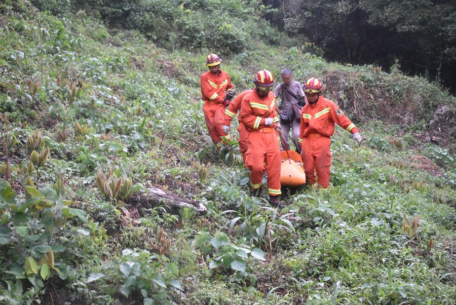 兴安:驴友跌落深山悬崖受伤 消防紧急营救(图)