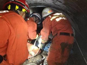 柳州一在建工地突發塌方 兩人逃生一人被困(圖)