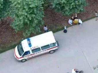 视频|柳州一男子在小区旁晨练 不幸被撞当场身亡