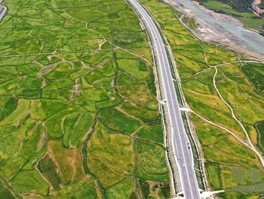 西藏:拉林公路秋色美