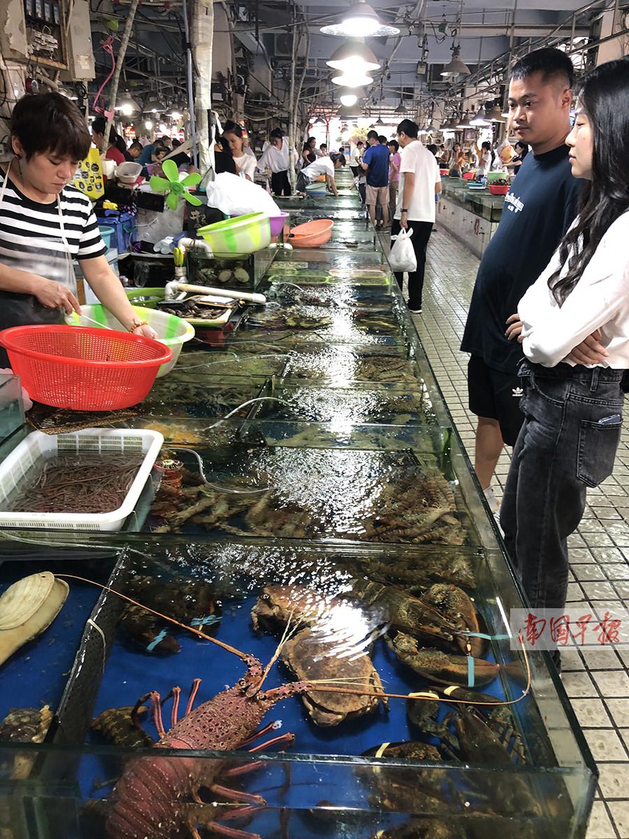 8月19日焦点图:南宁市民想要大啖便宜海鲜得等等