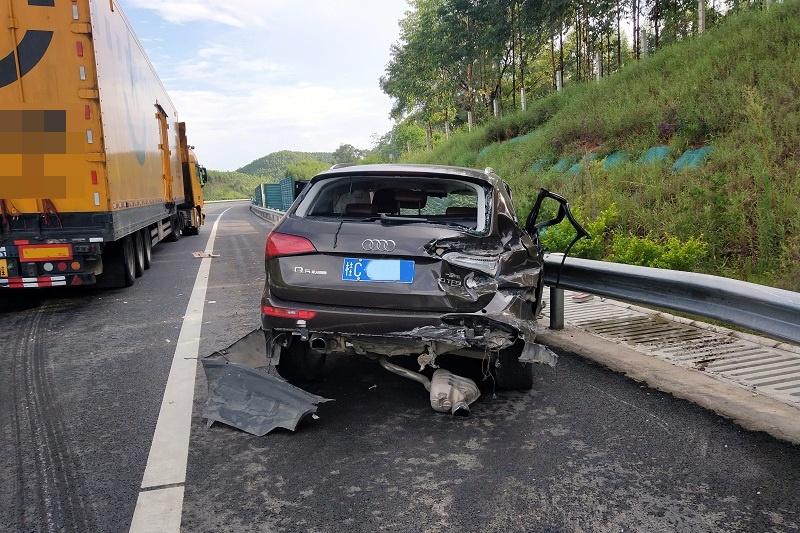 """瘾君子""""毒驾""""撞上高速路护栏后被货车追尾(图)"""