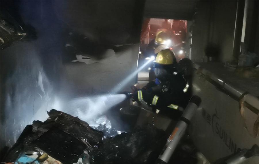 崇左一小区突发火灾 现场大量浓烟消防迅速扑救