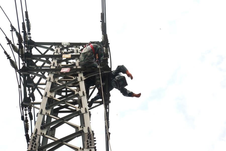 下浑:北宁一男子下高压电塔戴蜂窝被电流击脱