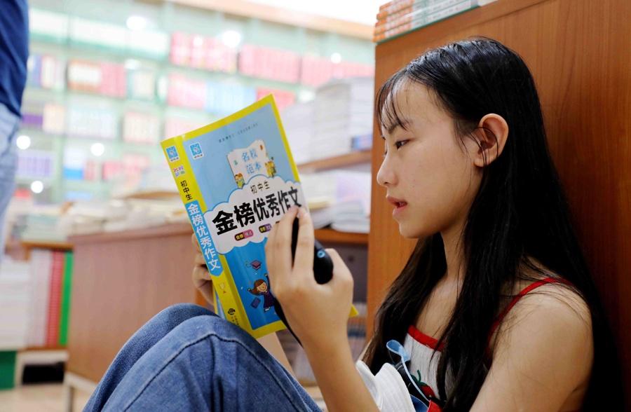 廣西融安:享受讀書樂趣 書店成孩子暑期樂園(圖)