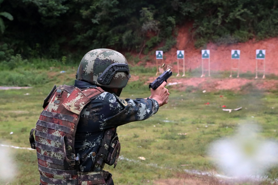 射擊場上硝煙起 直擊武警特戰隊員實彈射擊訓練