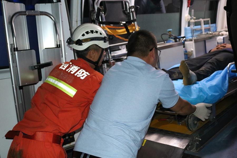 天峨:男子摔下路邊懸崖昏迷不醒 消防緊急救援