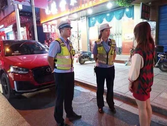 8月27日焦点图:女子违停还发视频称