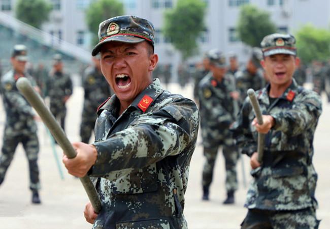 """高清:武警官兵加钢淬火 做好新兵""""第一引路人"""""""