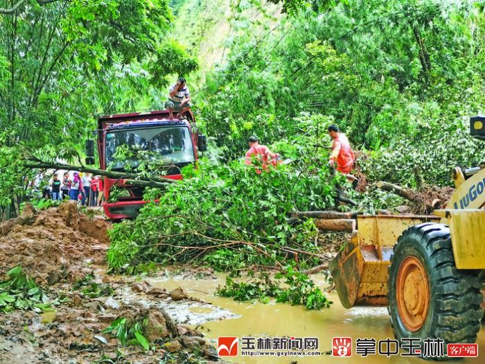 容县某路段塌方造成交通中断,公路养护人迅速抢通