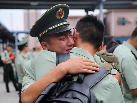 高清组图:又是一年退伍季 老兵挥泪别战友