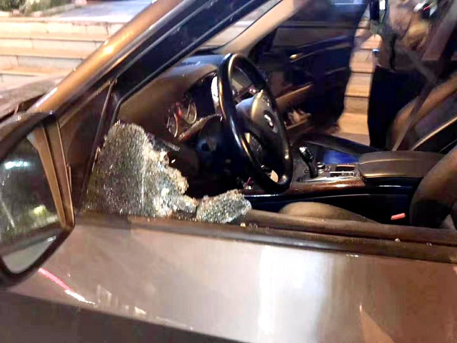 交警夜查酒驾拦停宝马 6次警告不理会车窗被强破