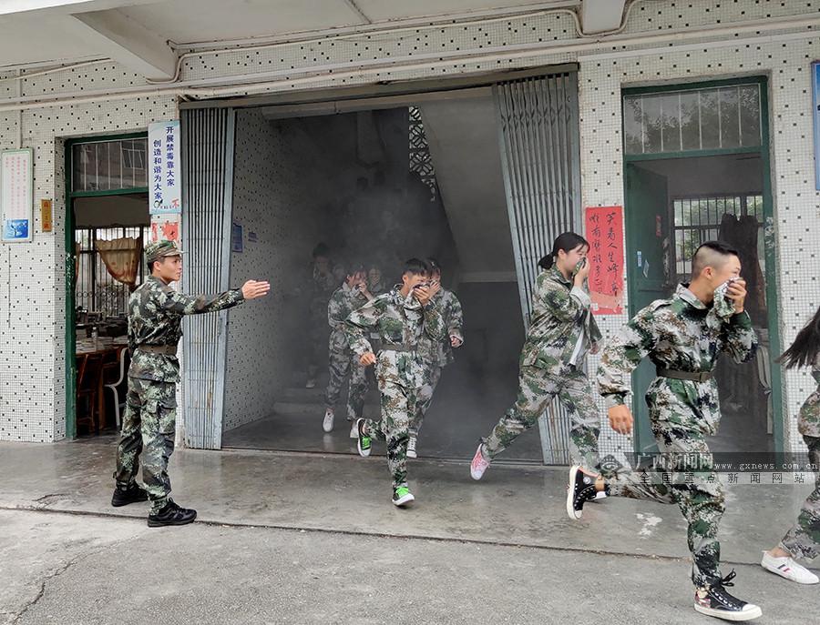 """忻城:消防宣传""""进学校"""" 传授应急疏散逃生技能"""