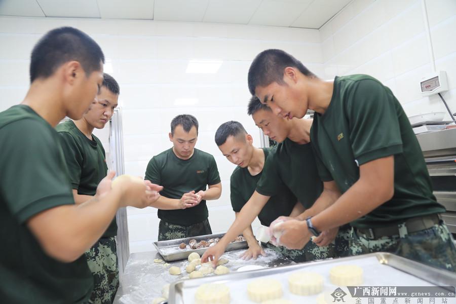 """钦州武警官兵 中秋佳节前夕把""""爱心""""月饼寄回家"""