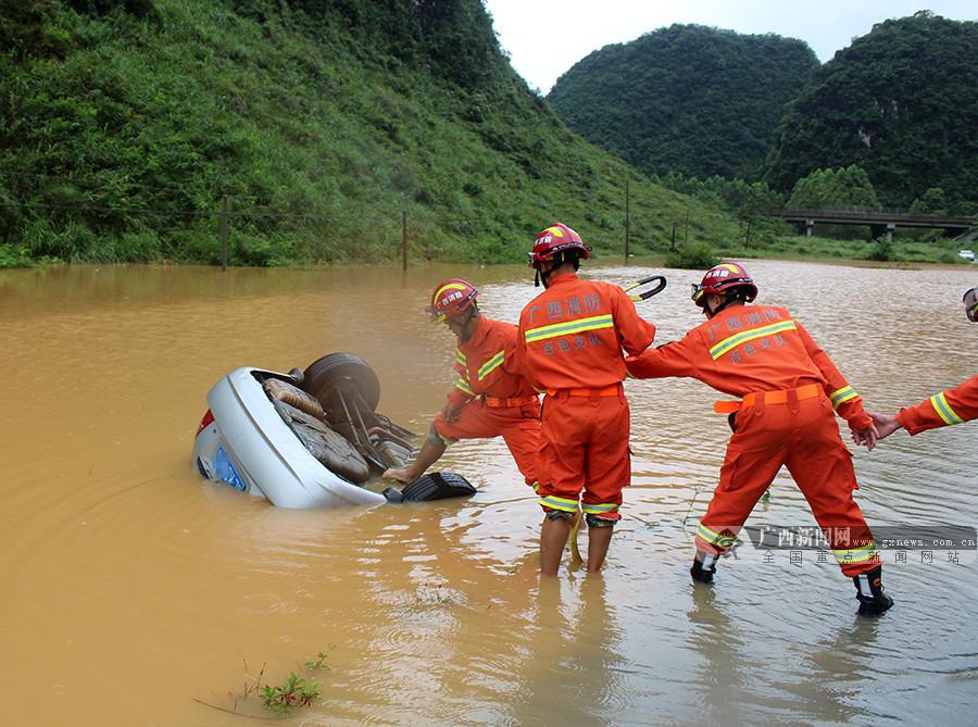 一轿车侧翻滑入路边积水 车内未发现有人员被困