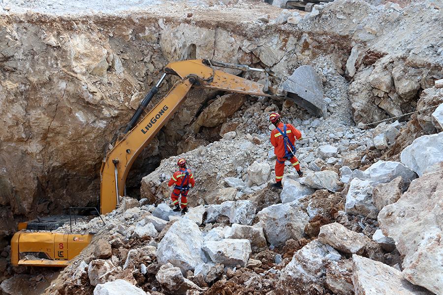 崇左一工地发生塌方 挖掘机深陷其中司机被困(图)