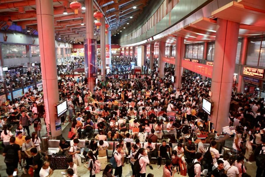 9月13日焦点图:南宁收费站车车车 地铁车站人人人