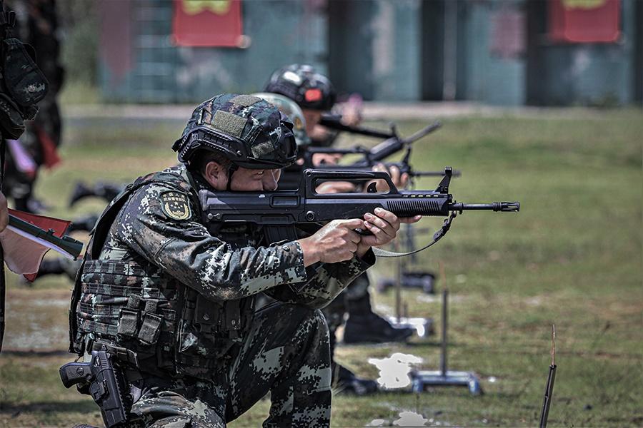 硝煙彌漫!實拍武警特戰隊員多課目實彈射擊訓練