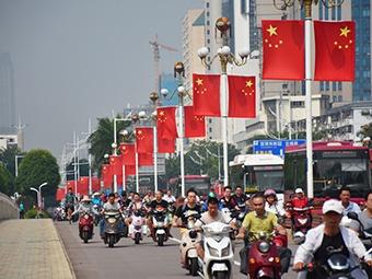 南宁街头国旗飘扬 处处洋溢喜迎国庆氛围