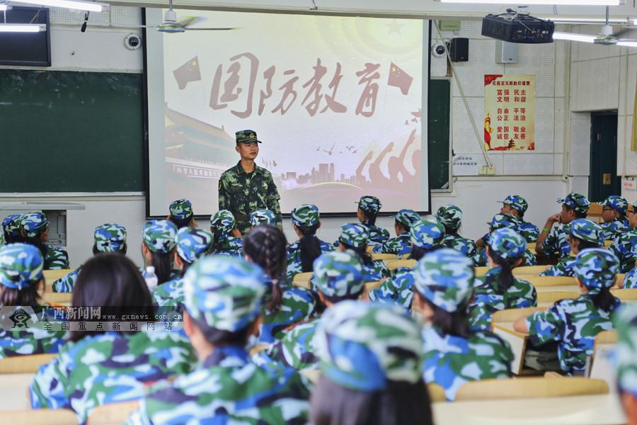 """桂林:武警官兵走进校园 """"零距离""""开展国防教育"""