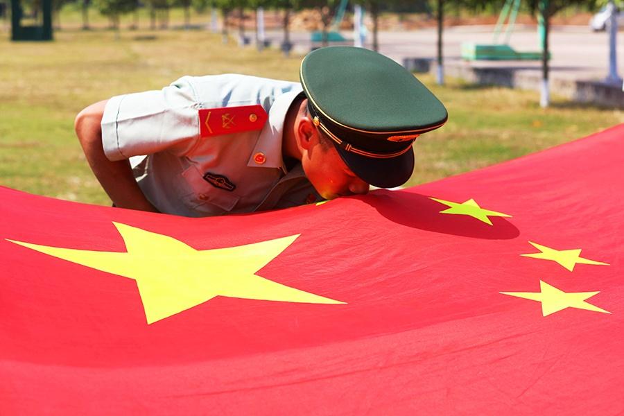 来宾:武警官兵与国旗同框 向祖国表白(组图)