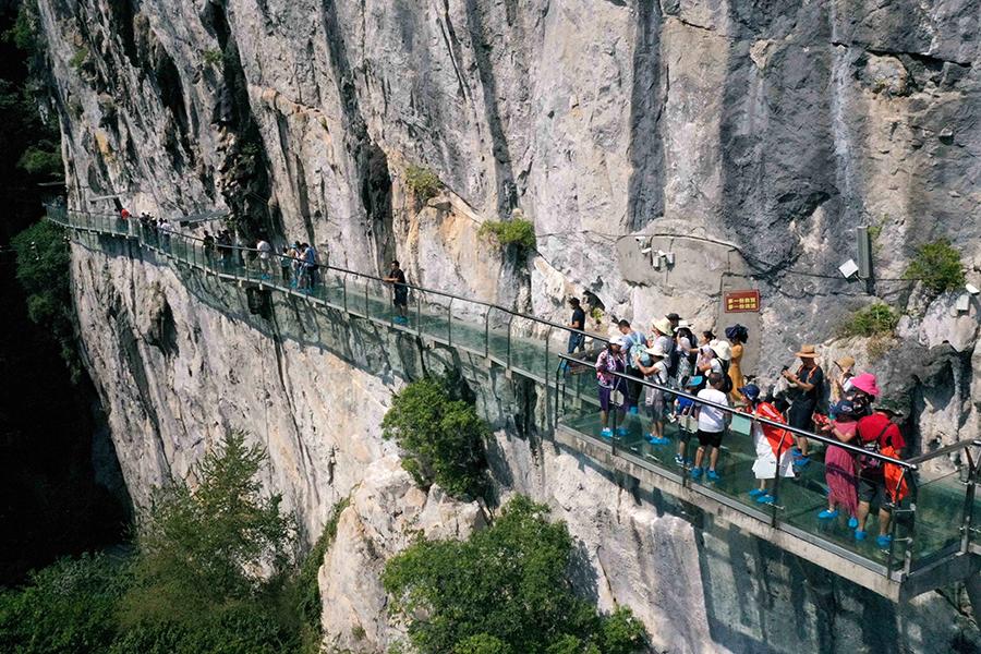 游客体验空中玻璃项目 感受桂北原生态风光(图)