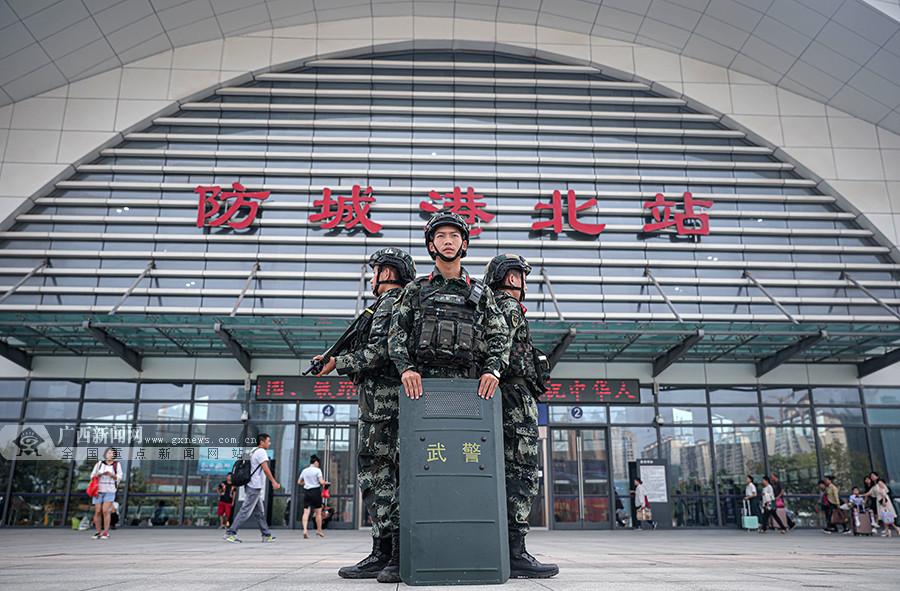防城港:武警官兵武装巡逻护航国庆假期(图)