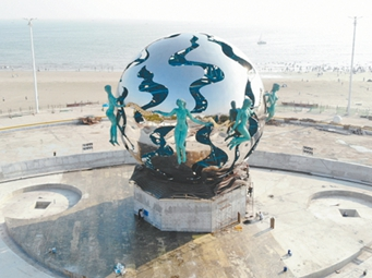 """10月7日焦点图:北海银滩""""潮""""雕塑华丽归来"""