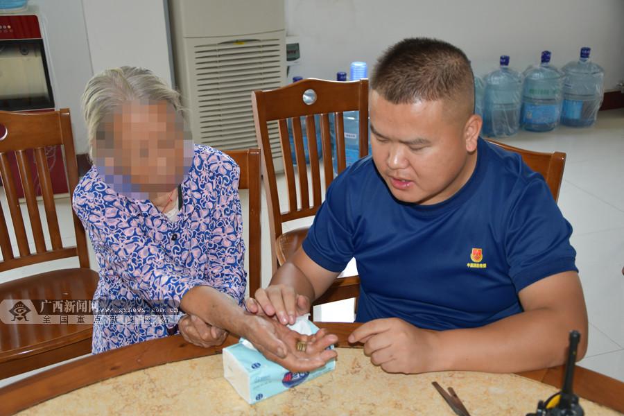 八旬老奶奶被戒指卡手指 消防员细心解救(组图)