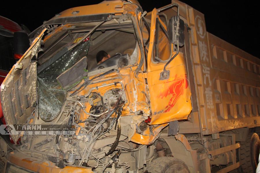 隆林:两泥头车相撞一司机被卡 消防迅速施救(图)