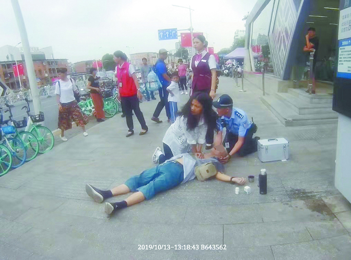 10月14日焦點圖:老人街頭暈倒女孩跪地做人工呼吸