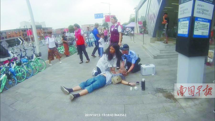 10月14日焦点图:老人街头晕倒女孩跪地做人工呼吸